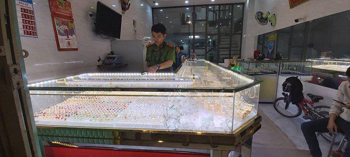 Tiệm vàng bị trộm vì ông chủ mải xem U22 Việt Nam đá với Indonesia - Ảnh 1.