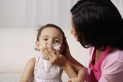 Cảnh báo khi mùa cúm đang bùng phát: Dùng khăn sữa lau cho trẻ bị cúm khiến bệnh mãi không khỏi - Ảnh 2.