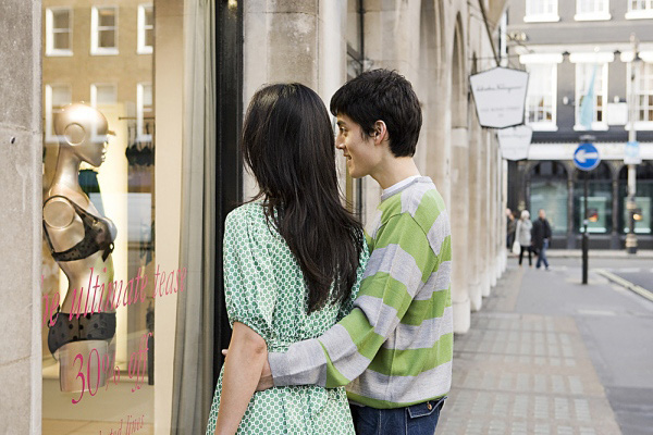 Gặp chồng dẫn người tình đi mua đồ lót, vợ ngoắc tay gọi nhân viên ra nói 2 câu mà đôi chim câu tái mặt mỗi người 1 hướng bỏ chạy - Ảnh 2.