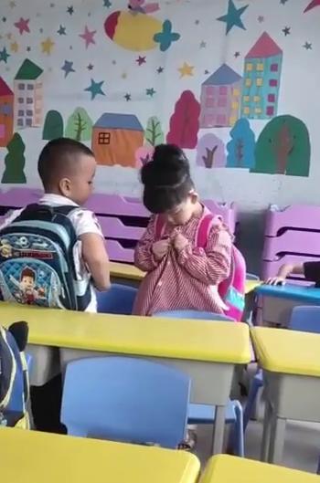 Chứng kiến cảnh cậu bé mầm non giúp bạn gái cài cúc áo, giáo viên lập tức gửi tin nhắn cho người mẹ và nói 1 điều - Ảnh 1.