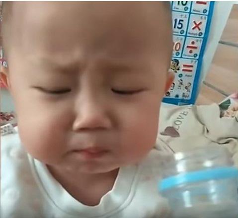 """Đằng sau vẻ mặt """"ham ăn"""" của cậu nhóc 2 tuổi là những nỗi đau đớn do căn bệnh ung thư ác tính gây ra khiến nhiều người không cầm được nước mắt - Ảnh 4."""