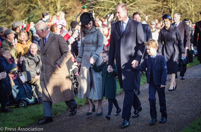 Trong khi chị dâu Kate rạng rỡ dự Giáng sinh cùng gia đình nhà chồng, Meghan Markle lại lặng lẽ như thế này đây - Ảnh 1.