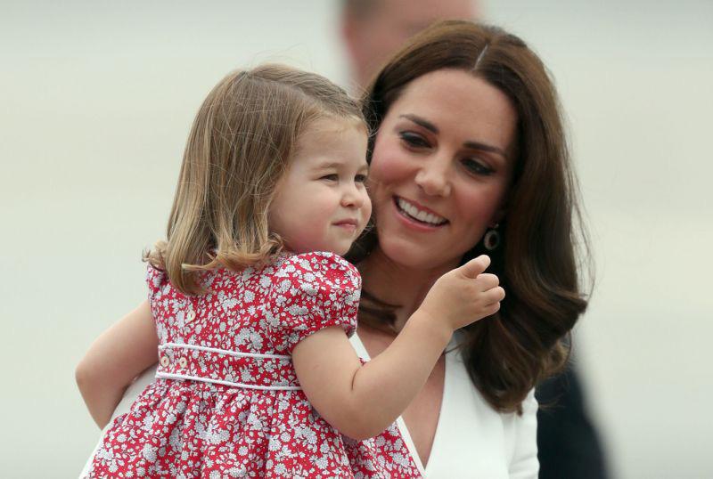 Công chúa Charlotte càng lớn càng xinh như búp bê, tóc mây bồng bềnh khiến ai cũng ghen tị - Ảnh 10.