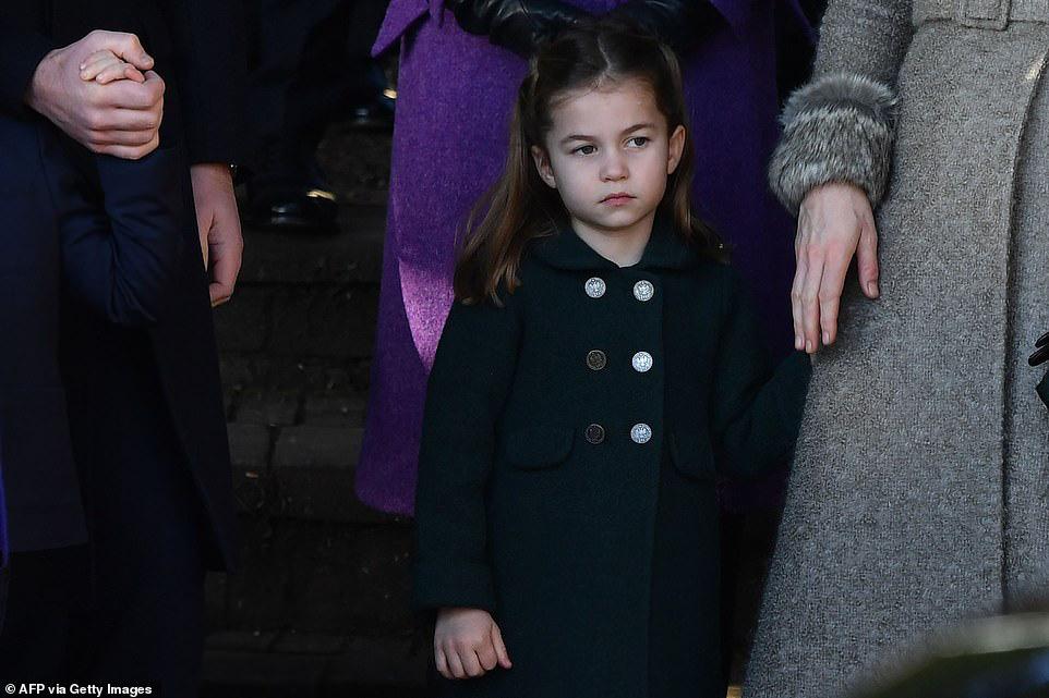 Công chúa Charlotte càng lớn càng xinh như búp bê, tóc mây bồng bềnh khiến ai cũng ghen tị - Ảnh 2.