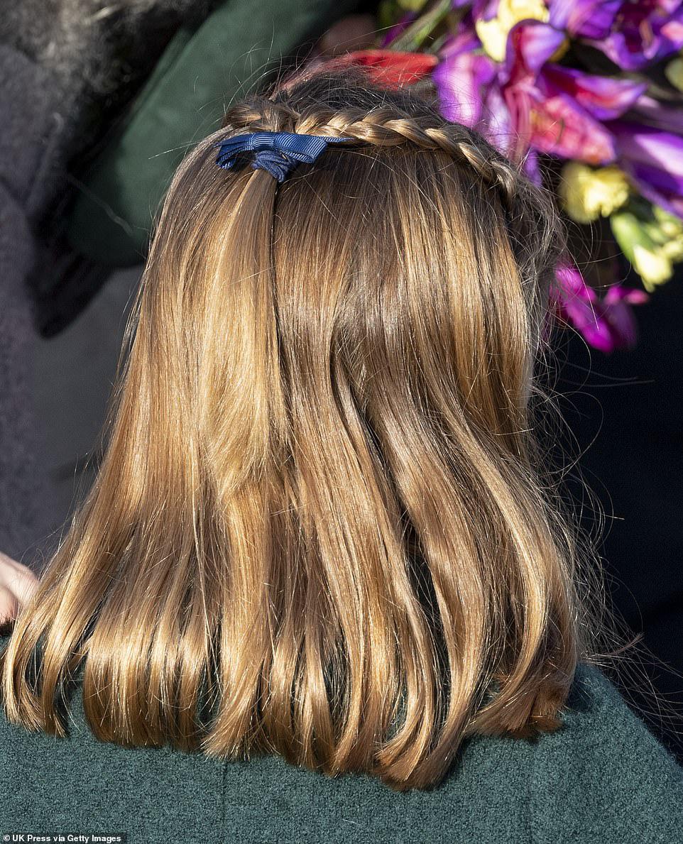 Công chúa Charlotte càng lớn càng xinh như búp bê, tóc mây bồng bềnh khiến ai cũng ghen tị - Ảnh 3.