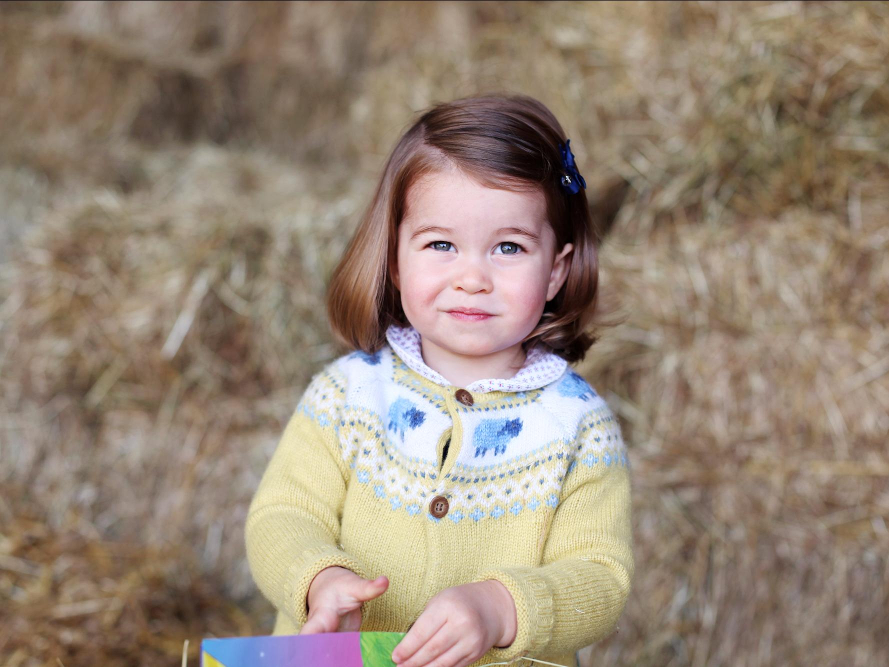 Công chúa Charlotte càng lớn càng xinh như búp bê, tóc mây bồng bềnh khiến ai cũng ghen tị - Ảnh 9.