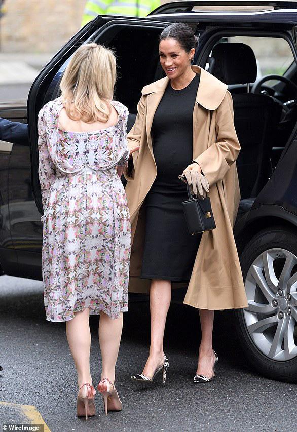 Năm 2019 tiêu 6.7 tỉ tiền quần áo bằng một nửa năm ngoái, Meghan Markle đã cố tiết kiệm nhưng có những bộ rõ là đắt đỏ vẫn bị chê lên chê xuống - Ảnh 2.