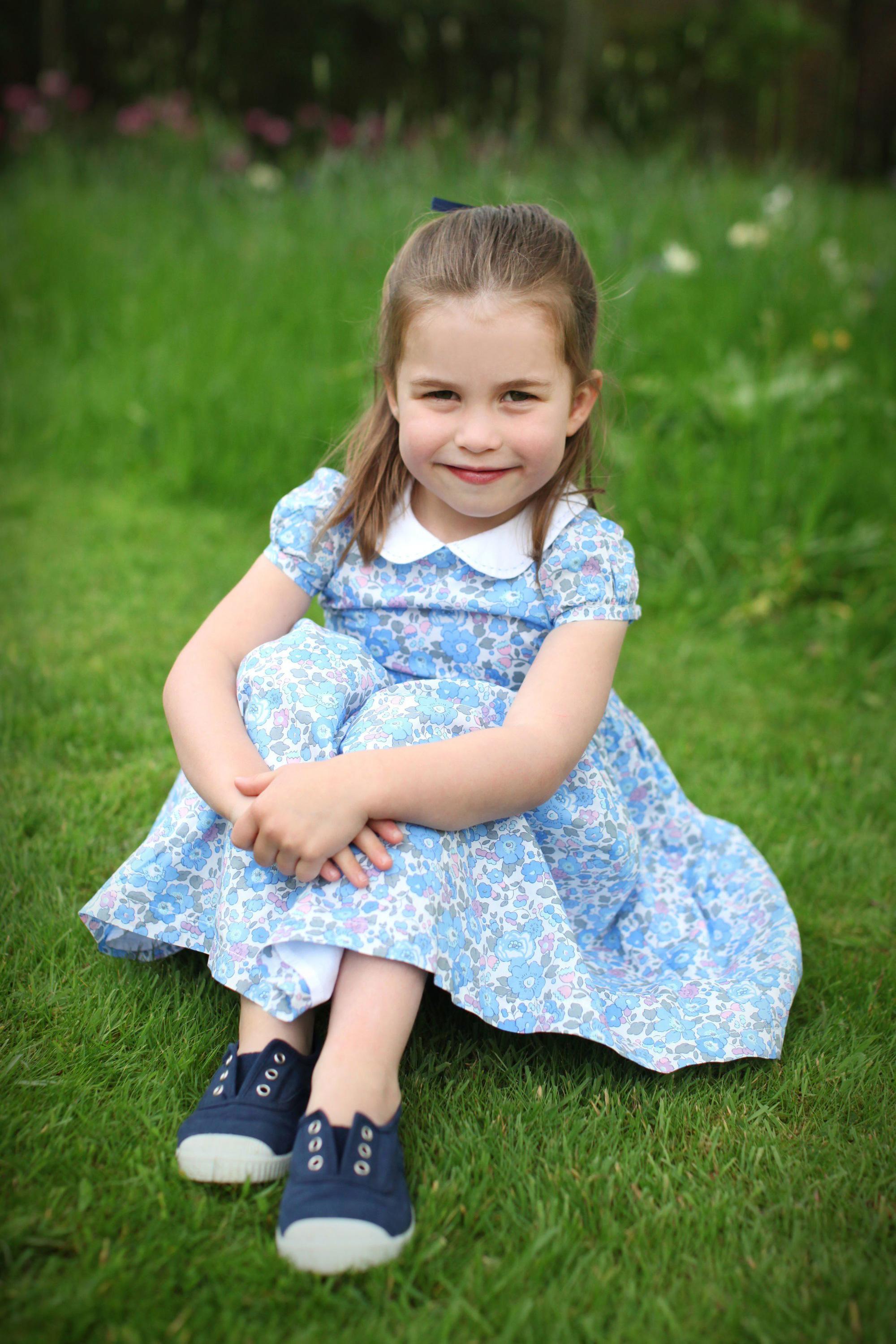 Công chúa Charlotte càng lớn càng xinh như búp bê, tóc mây bồng bềnh khiến ai cũng ghen tị - Ảnh 5.