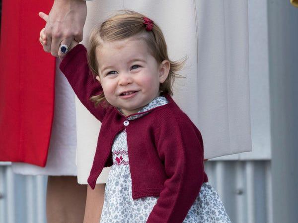 Công chúa Charlotte càng lớn càng xinh như búp bê, tóc mây bồng bềnh khiến ai cũng ghen tị - Ảnh 8.