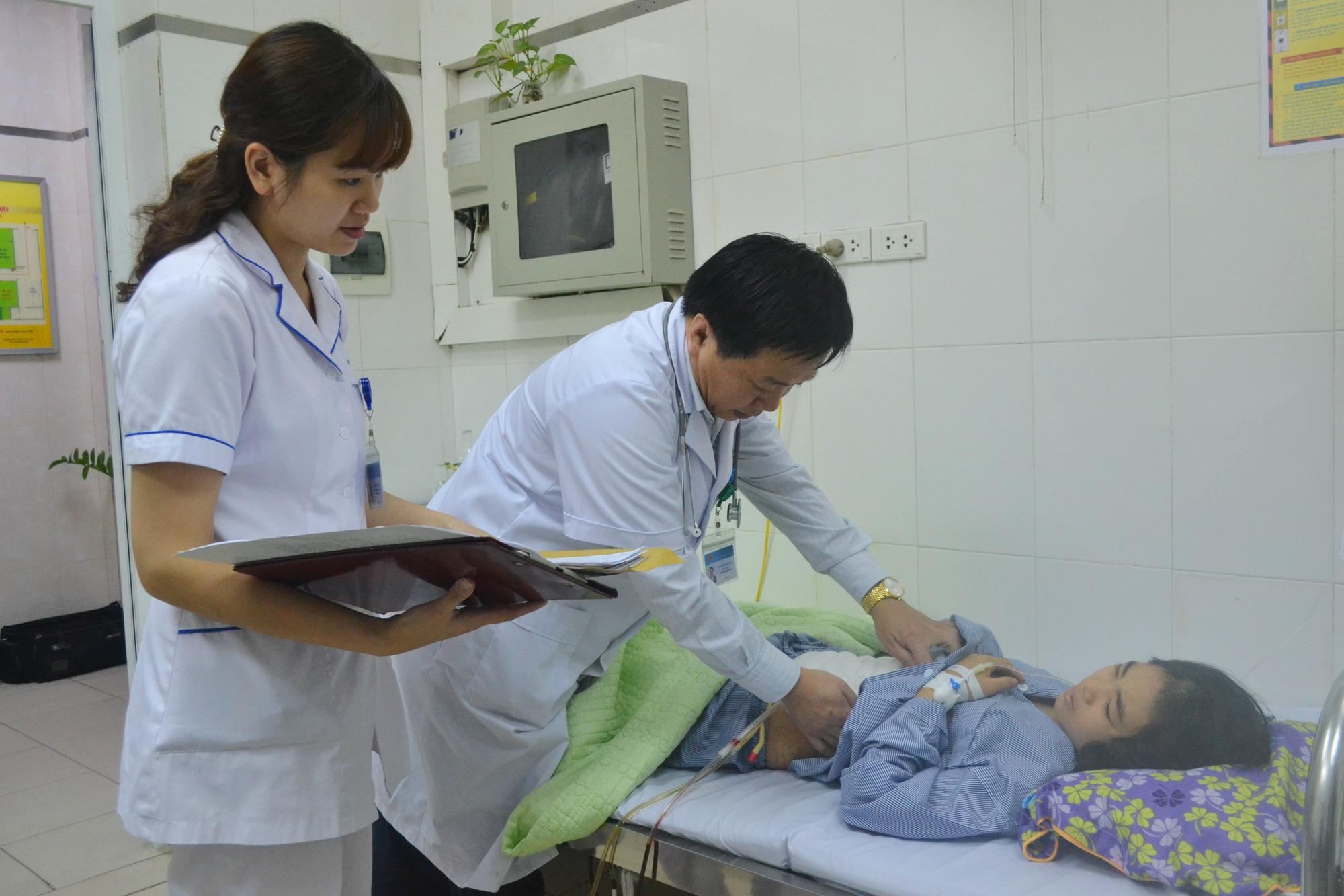 Bỏ qua hết mọi thủ tục, các bác sĩ cứu sống bệnh nhân đa chấn thương trong gang tấc - Ảnh 3.