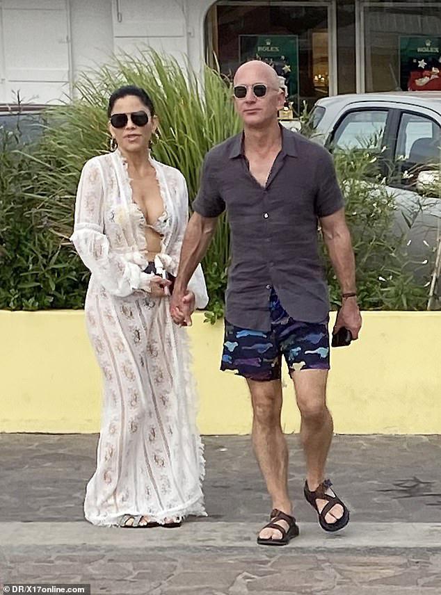 """Người tình tỷ phú bị chỉ trích mặc trang phục """"rẻ tiền"""" như khăn trải bàn trong khi ông chủ Amazon cũng không hề kém cạnh với chiếc quần cực độc - Ảnh 2."""