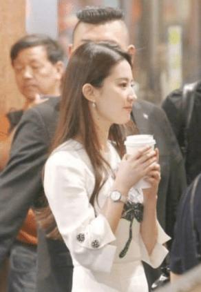 """Ngất ngây với khoảnh khắc Lưu Diệc Phi vừa đi đường vừa uống trà sữa, netizen không khỏi cảm thán đúng là """"đẹp như chụp họa báo"""" - Ảnh 4."""