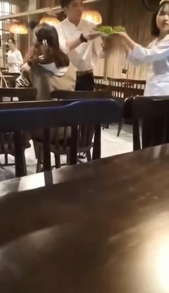 """""""Hot girl"""" đập bàn đòi đuổi việc nhân viên nhà hàng đặc sản ở Đà Nẵng vì lỡ phục vụ nhầm đĩa rau có hành - Ảnh 2."""