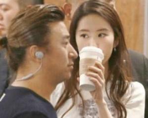 """Ngất ngây với khoảnh khắc Lưu Diệc Phi vừa đi đường vừa uống trà sữa, netizen không khỏi cảm thán đúng là """"đẹp như chụp họa báo"""" - Ảnh 2."""