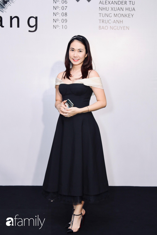 Hòa Minzy diện đầm lộng lẫy nhưng tự tay dìm dáng, lọt thỏm trước dàn chân dài tại triển lãm của NTK Công Trí - Ảnh 14.