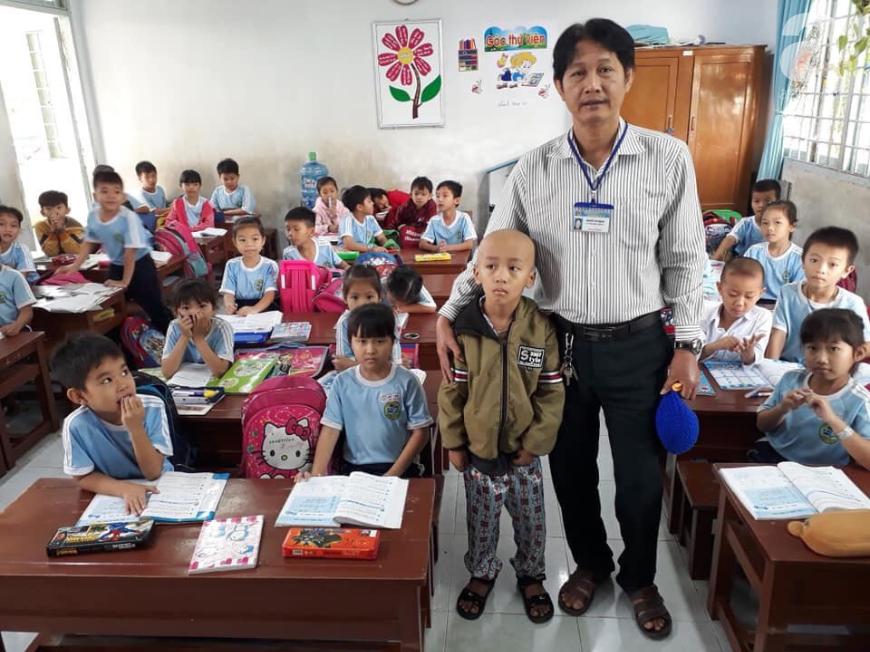 Nghỉ học để xạ trị ung thư, cậu học trò lớp 2 lưu luyến chụp tấm hình kỷ niệm với thầy và các bạn trước khi vào bệnh viện - Ảnh 1.
