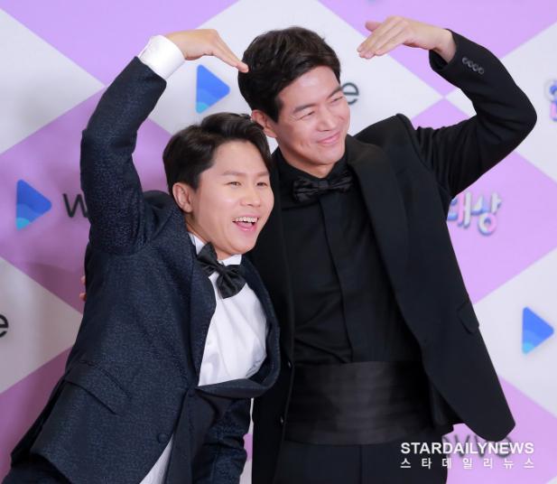 """Thảm đỏ """"hot"""" SBS Entertainment Awards 2019: """"Biệt đội"""" Running Man chiếm trọn sự chú ý nhưng Somin lại tiếp tục bị chỉ trích """"làm lố"""" - Ảnh 3."""