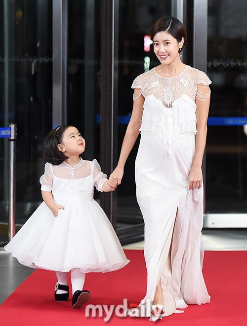 """Thảm đỏ """"hot"""" SBS Entertainment Awards 2019: """"Biệt đội"""" Running Man chiếm trọn sự chú ý nhưng Somin lại tiếp tục bị chỉ trích """"làm lố"""" - Ảnh 6."""