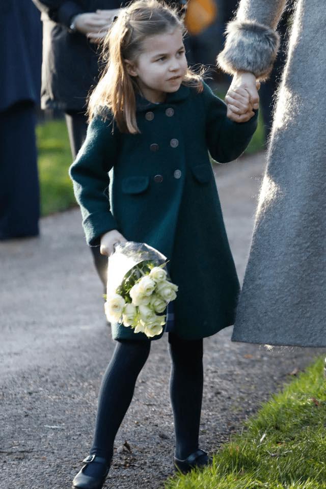 """Hé lộ tiểu """"soái ca"""" khiến Công chúa Charlotte ôm bó hoa khư khư không rời và từ chối phụ tá cầm giúp   - Ảnh 6."""