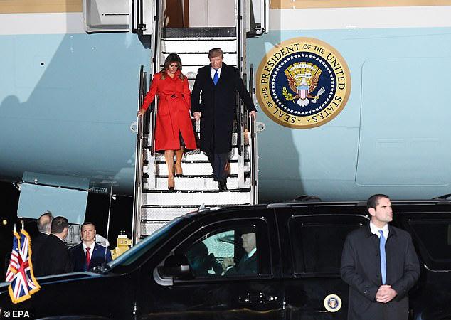 """Khoảnh khắc Tổng thống Trump """"đãng trí"""", bỏ quên vợ ở phía sau và phản ứng bất ngờ của Đệ nhất phu nhân Mỹ thu hút sự chú ý - Ảnh 4."""
