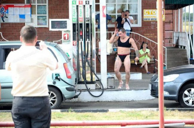 Nhiều anh trai Nga rủ nhau mặc bikini, đi giày cao gót để được đổ xăng miễn phí - Ảnh 17.