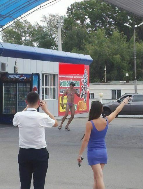 Nhiều anh trai Nga rủ nhau mặc bikini, đi giày cao gót để được đổ xăng miễn phí - Ảnh 16.
