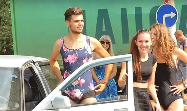 Nhiều anh trai Nga rủ nhau mặc bikini, đi giày cao gót để được đổ xăng miễn phí - Ảnh 7.