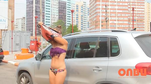 Nhiều anh trai Nga rủ nhau mặc bikini, đi giày cao gót để được đổ xăng miễn phí - Ảnh 5.
