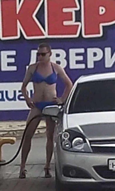 Nhiều anh trai Nga rủ nhau mặc bikini, đi giày cao gót để được đổ xăng miễn phí - Ảnh 9.