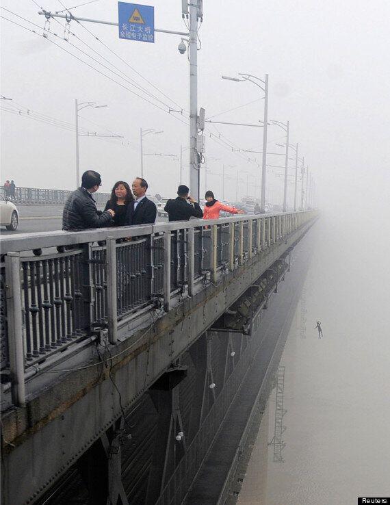 Đi tác nghiệp về ô nhiễm không khí, phóng viên tình cờ chụp được khoảnh khắc cuối cùng của cặp đôi nhảy cầu tự tử gây rùng mình - Ảnh 1.