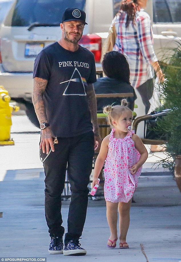 """Danh hiệu """"bố mẹ cứng đầu nhất năm"""" phải thuộc về vợ chồng Beckham, mặc mọi người chỉ trích vẫn nuôi dạy Harper theo cách đầy tranh cãi - Ảnh 3."""
