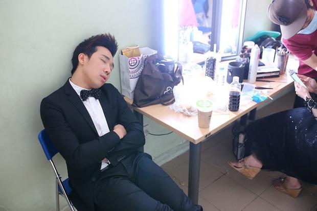 Xót xa cảnh Trấn Thành khàn giọng, ngáp to, mệt mỏi đến mức ngủ gục trên truyền hình  - Ảnh 6.