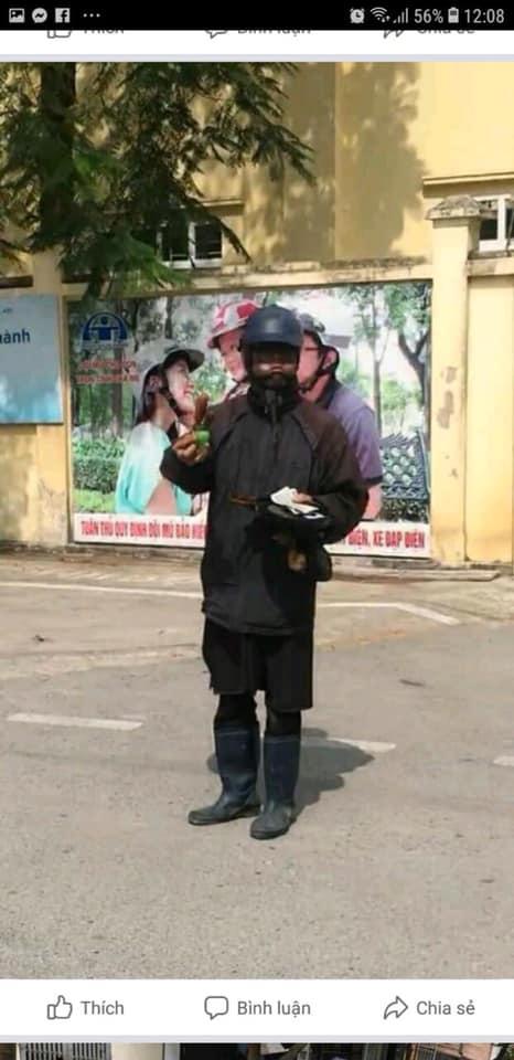 Hà Nội xuất hiện đối tượng cầm tiền lẻ và đồ chơi đứng trước cổng trường tiểu học dụ dỗ trẻ, phụ huynh hết sức cảnh giác  - Ảnh 2.