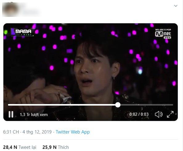 """MAMA 2019: Jackson (GOT7) đơ người khi Hwasa ngồi lên đùi Park Jin Young, sốc nhất là màn """"dằn mặt"""" của chủ tịch JYP  - Ảnh 5."""