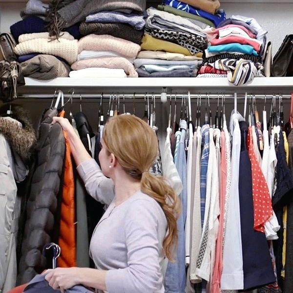 8 bước giúp bạn tối đa hóa không gian tủ quần áo bằng cách lưu trữ đồ theo mùa - Ảnh 2.