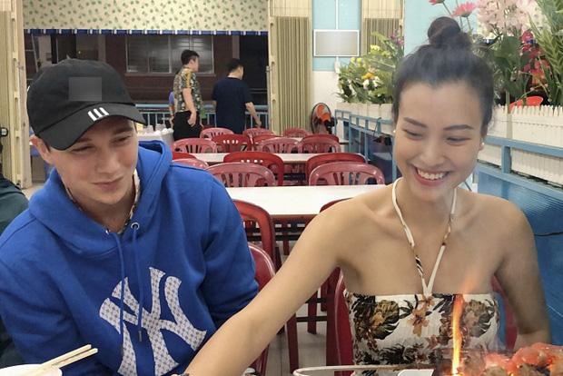 Sau đám cưới, Hoàng Oanh cùng chồng Tây thản nhiên ôm hôn tình tứ trong quán ăn - Ảnh 3.