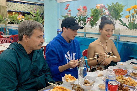 Sau đám cưới, Hoàng Oanh cùng chồng Tây thản nhiên ôm hôn tình tứ trong quán ăn - Ảnh 5.