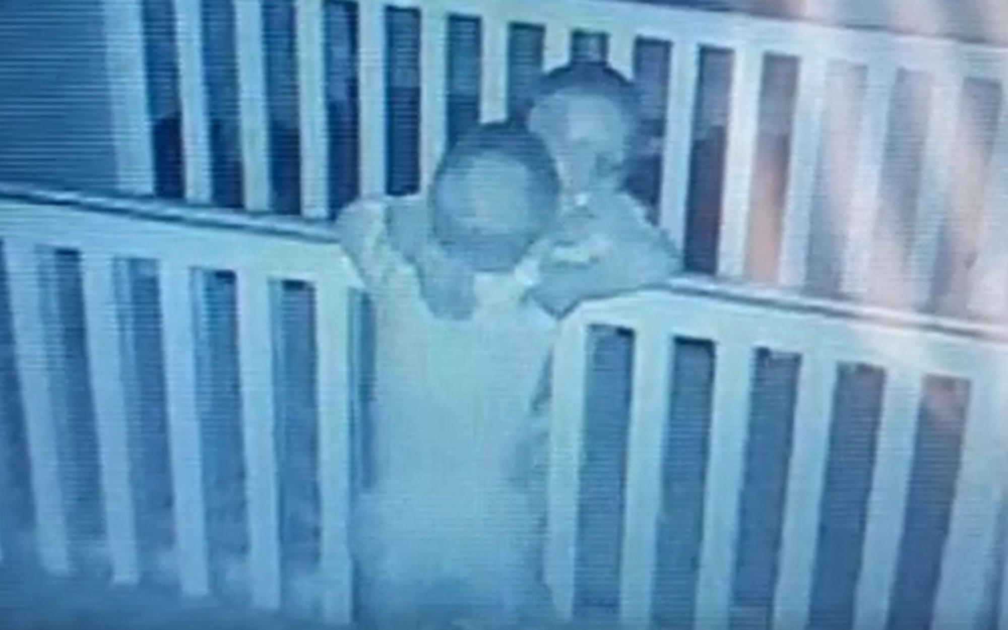 """Dù cả ngày """"cà khịa"""" lẫn nhau, nhưng trước khi đi ngủ, cặp song sinh lại gây cho mẹ bất ngờ vì hành động này"""