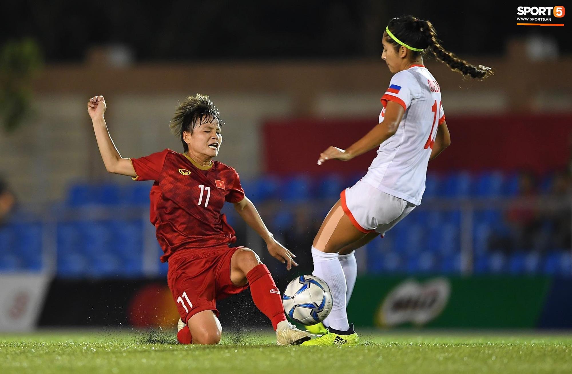 Đội trưởng tuyển nữ Việt Nam đổ gục xuống sân vì kiệt sức sau khi cùng đồng đội giành quyền vào chung kết SEA Games 30 - Ảnh 1.