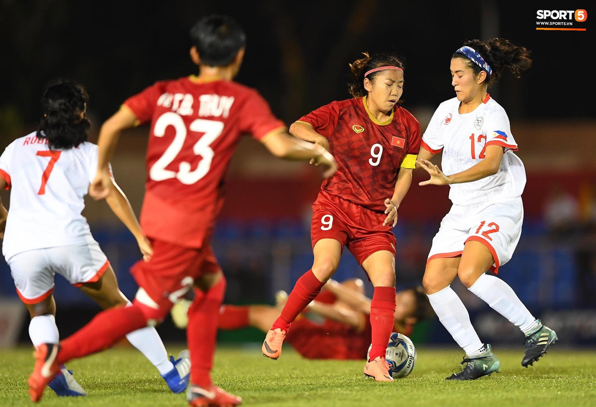 Đội trưởng tuyển nữ Việt Nam đổ gục xuống sân vì kiệt sức sau khi cùng đồng đội giành quyền vào chung kết SEA Games 30 - Ảnh 3.