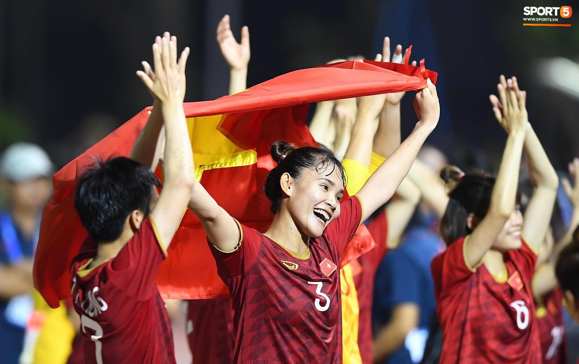 Đội trưởng tuyển nữ Việt Nam đổ gục xuống sân vì kiệt sức sau khi cùng đồng đội giành quyền vào chung kết SEA Games 30 - Ảnh 12.