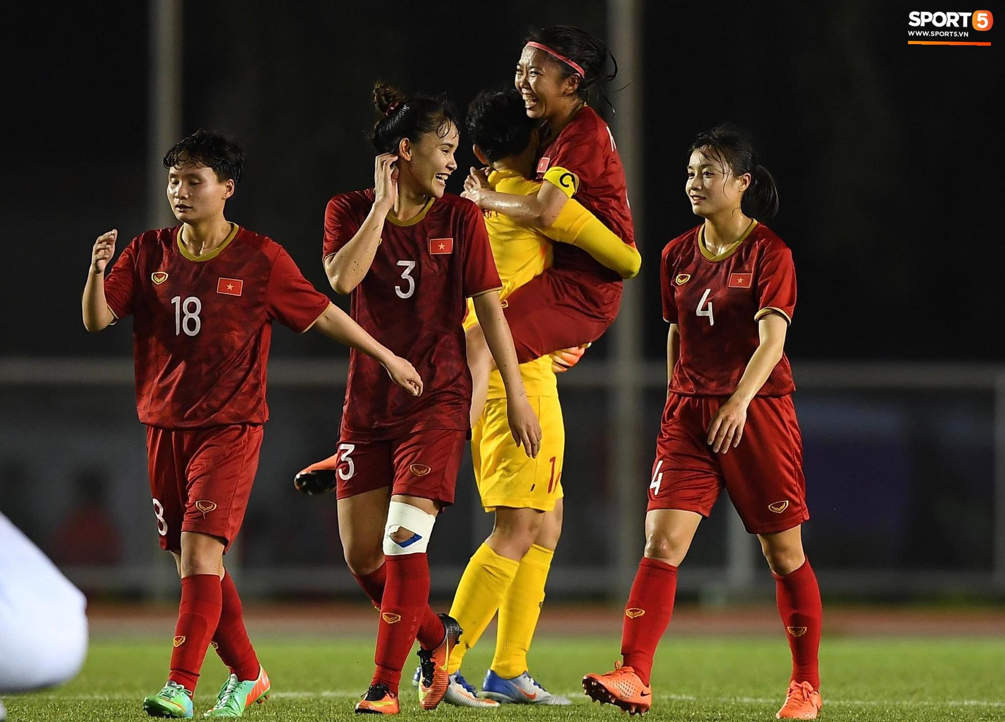 Đội trưởng tuyển nữ Việt Nam đổ gục xuống sân vì kiệt sức sau khi cùng đồng đội giành quyền vào chung kết SEA Games 30 - Ảnh 5.