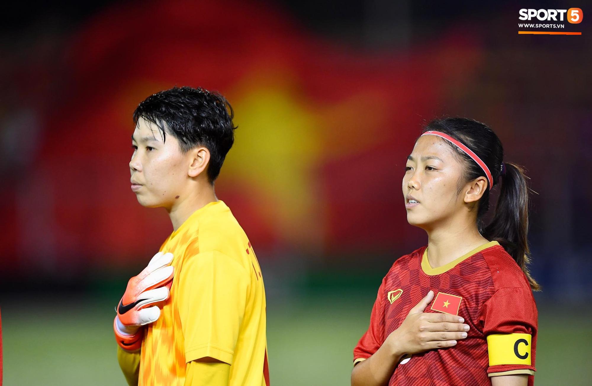 Đội trưởng tuyển nữ Việt Nam đổ gục xuống sân vì kiệt sức sau khi cùng đồng đội giành quyền vào chung kết SEA Games 30 - Ảnh 2.