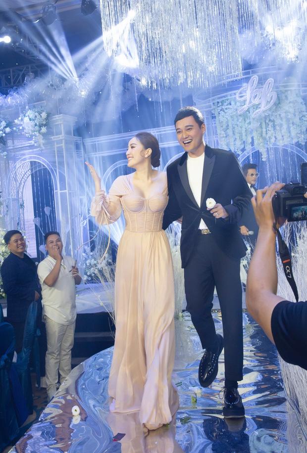 """5 sao Việt thay váy cưới như """"chạy sô"""" trong năm 2019, bộ nào cũng cầu kỳ lộng lẫy chuẩn công chúa cổ tích - Ảnh 7."""