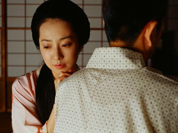 Cứ nghĩ cuộc sống làm dâu của vợ rất sung sướng, tôi sững người khi vô tình chứng kiến cảnh mẹ hất cả bát canh vào người vợ một cách tàn nhẫn - Ảnh 2.