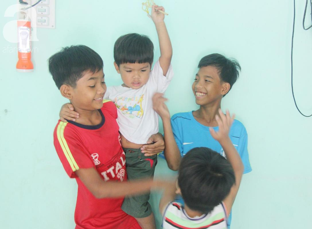 Nụ cười hạnh phúc của 11 đứa trẻ bị bố mẹ bỏ rơi: Tụi con có nhà mới và được đi học tiếp - Ảnh 3.