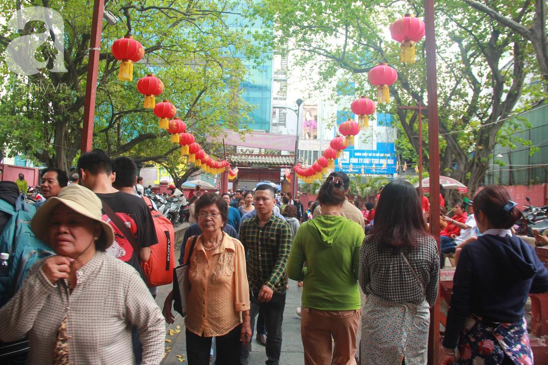 TP.HCM: Hàng ngàn người dân đi chùa cầu an, chen chúc xuống phố xem Bát Tiên khiến các tuyến đường kẹt cứng - Ảnh 9.