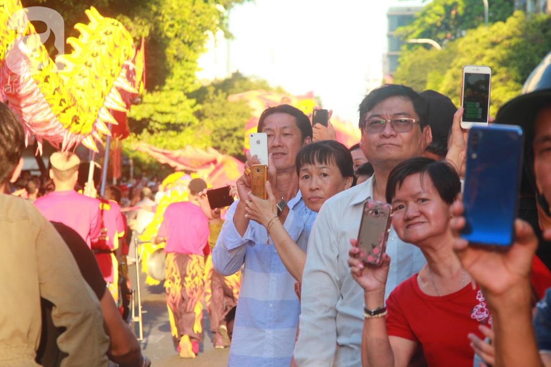 TP.HCM: Hàng ngàn người dân đi chùa cầu an, chen chúc xuống phố xem Bát Tiên khiến các tuyến đường kẹt cứng - Ảnh 2.