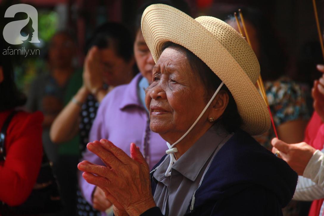 TP.HCM: Hàng ngàn người dân đi chùa cầu an, chen chúc xuống phố xem Bát Tiên khiến các tuyến đường kẹt cứng - Ảnh 10.