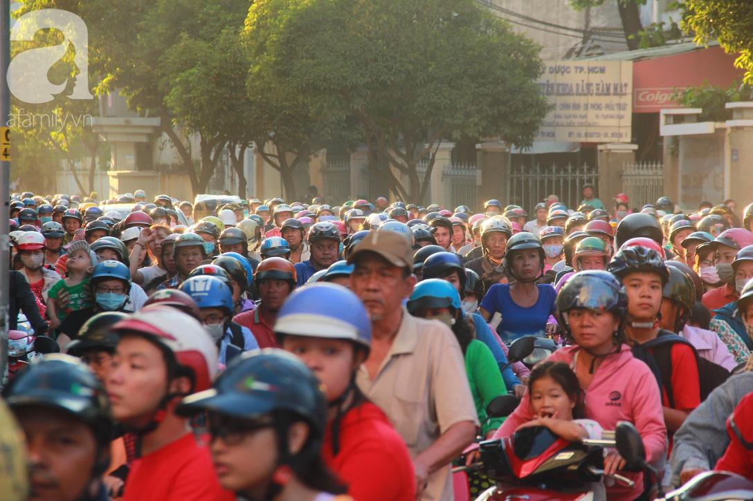 TP.HCM: Hàng ngàn người dân đi chùa cầu an, chen chúc xuống phố xem Bát Tiên khiến các tuyến đường kẹt cứng - Ảnh 11.